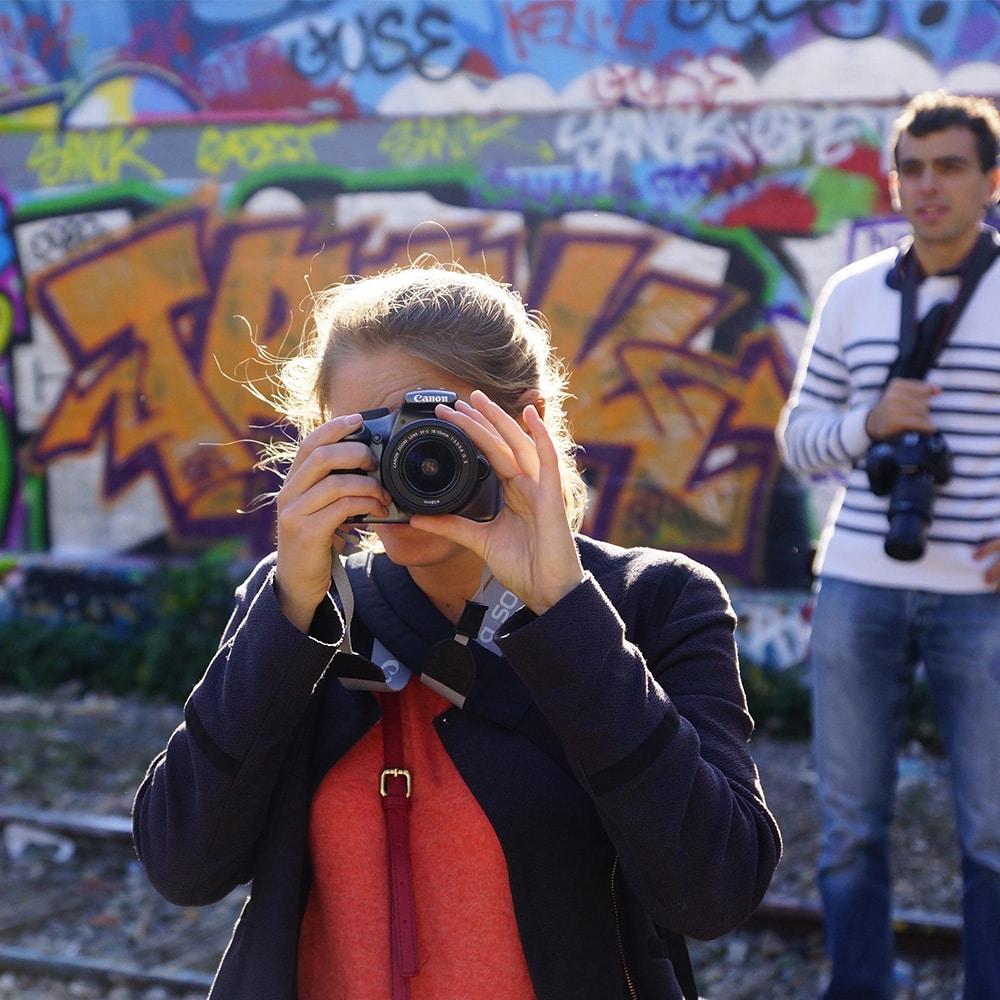 Madame est en train de prendre une photo dans le 20ème arrondissement de Paris