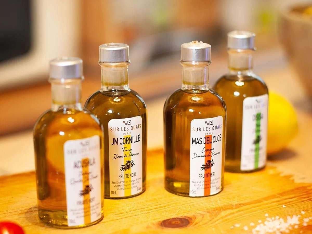 des petites bouteilles d'huiles d'olive