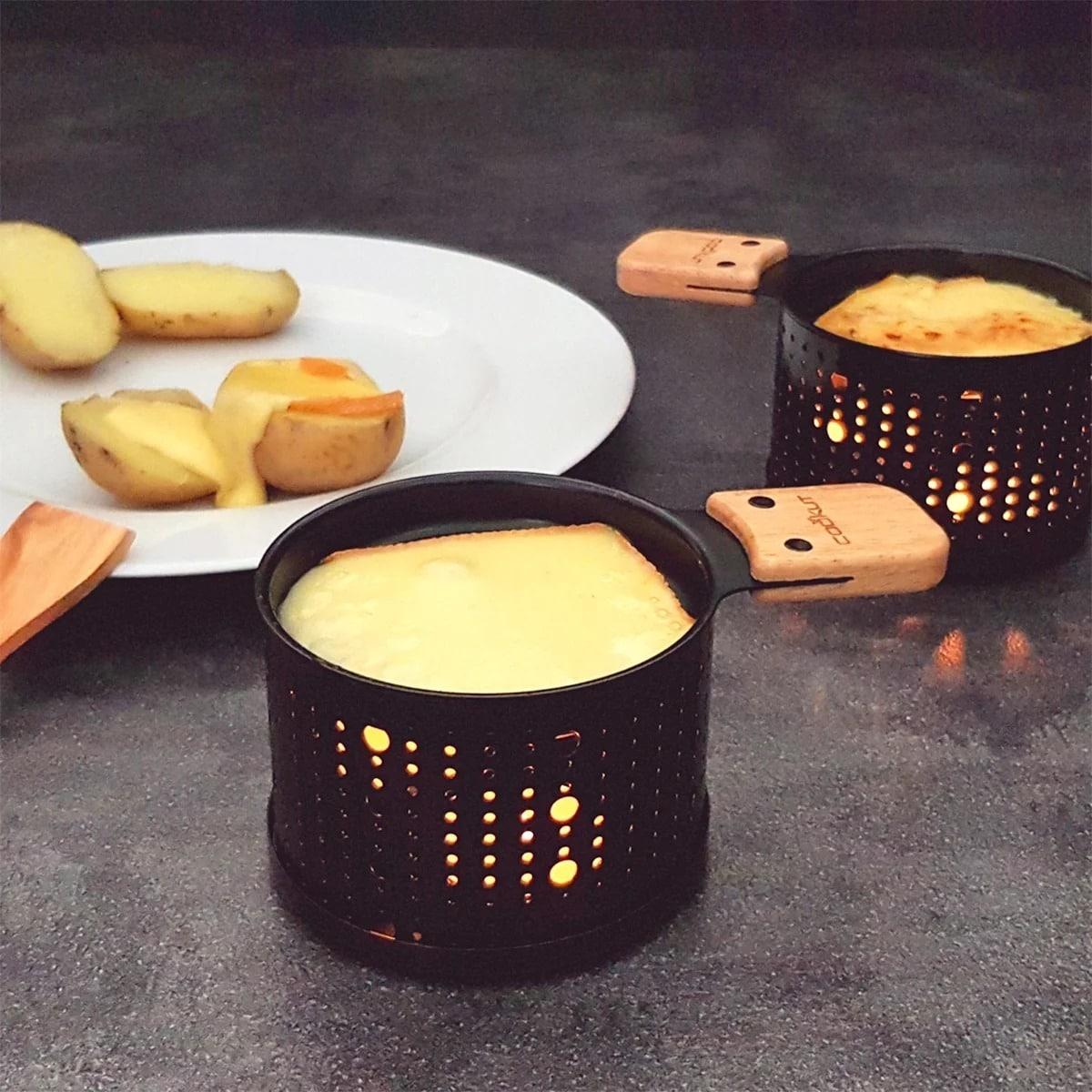 un fromage qui fond à la bougie dans le cadre d'une raclette
