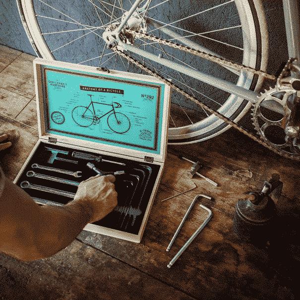 des outils et un vélo pour réparer