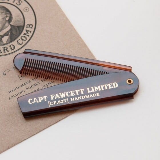 Un beau peigne à barbe pliable