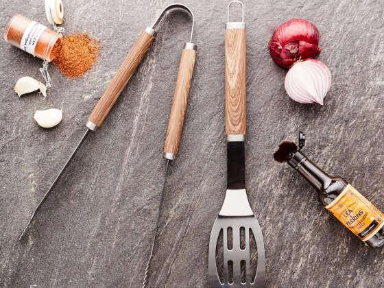 Un grand classique : une pince et une spatule en acier inoxydable