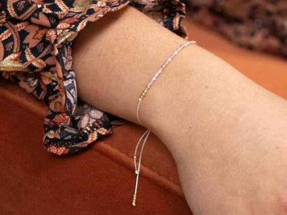 Un joli bracelet de perles fait main aux couleurs personnalisables